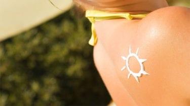 De factor van zonnebrandcrème klopt alléén als je dik smeert!