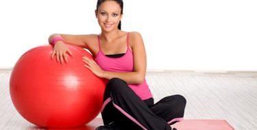 Fitnessoefeningen (met een gymbal) om je hele lichaam te trainen