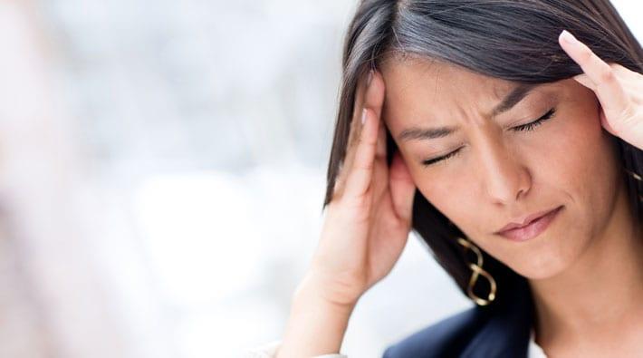 plotselinge hoofdpijn en misselijkheid