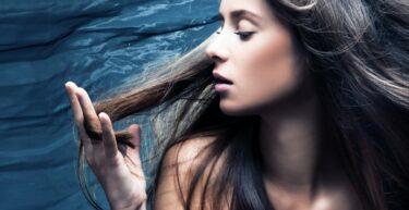 Vroeg grijs haar: oorzaken + grijze haren voorkomen