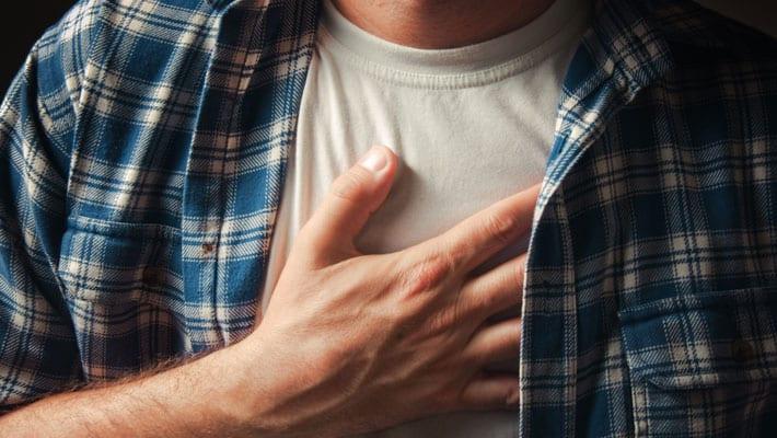 stekende pijn onder borstbeen