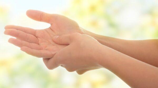 Tintelende handen + vingers: oorzaken, symptomen & oplossingen