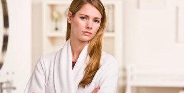 Afbeelding van vrouw die zich zorgen maakt over bruine afscheiding