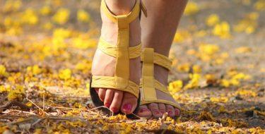 Een foto van jeukende voeten in sandalen