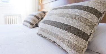 Bed ter illustratie hoe je je slaapkamer koel kunt houden