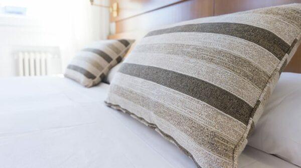 Slaapkamer koel houden (zonder airco) & tips tegen warmte in bed